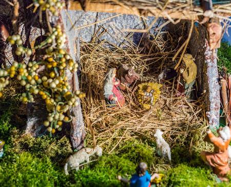 Statues dans une crèche de Noël, la Bienheureuse Vierge Marie et de saint Joseph veille sur le Saint Enfant Jésus dans une crèche dans la paille tandis que le b?uf et l'âne réchauffent l'air