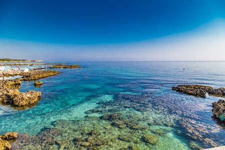 이탈리아의 Apulian 고대 도시의 바다와 바위와 맑은 바닷물