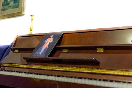 oracion: el icono de Jes�s Misericordioso en un piano en lugar de las puntuaciones: frase italiano escrito en la parte inferior que significa Jes�s en Ti conf�o