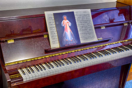 frase: el icono de Jesús Misericordioso en las puntuaciones en un pianos: frase italiano escrito en la parte inferior significa Jesús en Ti confío