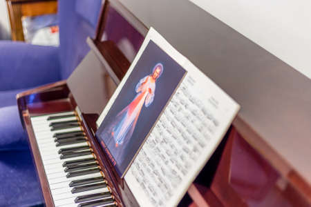 oracion: el icono de Jes�s Misericordioso en las puntuaciones en un pianos: frase italiano escrito en la parte inferior significa Jes�s en Ti conf�o