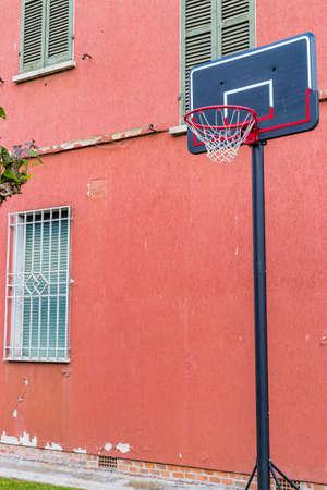 오래 된 집의 필 링 벽 근처 농구 grunge 놀이터 스톡 콘텐츠