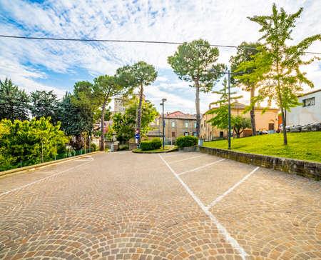 empedrado: estacionamiento pavimentada con adoquines detrás de la iglesia en un pueblo medieval