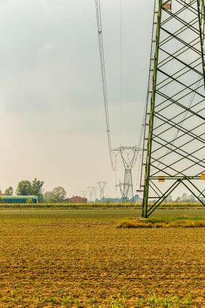 torres el�ctricas: torres de alta tensi�n en las tierras agr�colas rurales Foto de archivo