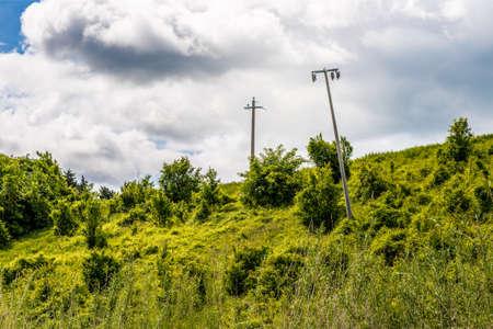 torres el�ctricas: pilones torcidos en un campo verde Foto de archivo