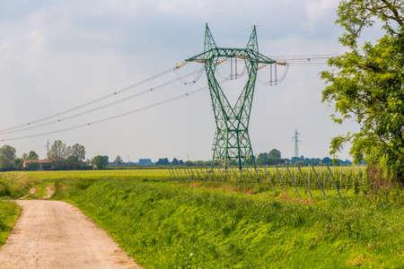 torres el�ctricas: tanque de gas en planta de procesamiento de petr�leo