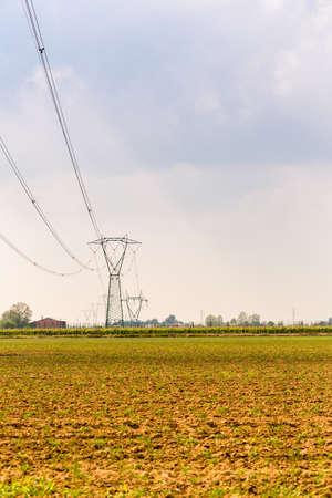 torres de alta tension: torres de alta tensión en las tierras agrícolas rurales Foto de archivo