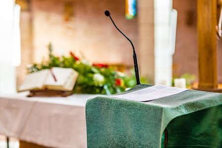 읽을 준비가 된 구체적인 설교단에 관한 복음서 페이지 스톡 콘텐츠