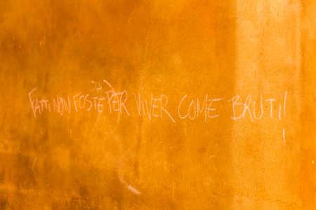 oracion: frase italiana escrita en una pared que significa que no se hicieron para vivir como brutos