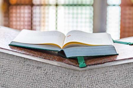 vangelo aperto: Vangelo libro aperto sul pulpito di cemento da leggere