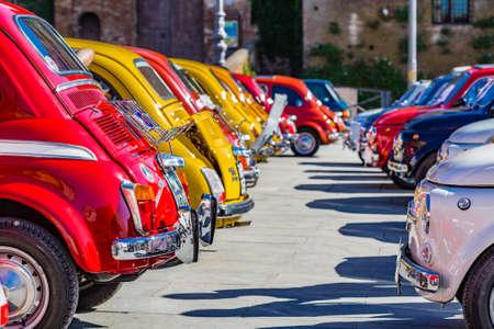 밝은 색상과 빈티지 자동차, 이탈리아 자동차 행에 주차