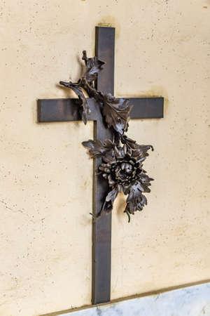 kruzifix: Katholische Bronze Kruzifix mit Blume