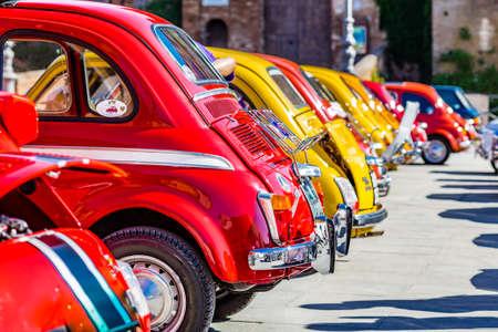 Vintage Car met heldere kleuren, Italiaanse auto's geparkeerd in rijen