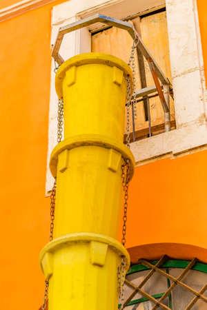 volteo: el tubo amarillo para volcar los escombros Foto de archivo