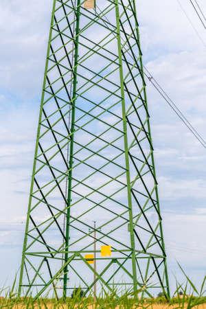 torres el�ctricas: torres de alta tensi�n para la distribuci�n de energ�a el�ctrica en alta tensi�n Foto de archivo