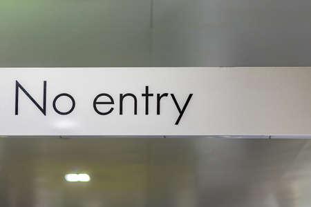 prohibido: Ninguna entrada el letrero en blanco, que no expresa ningún concepto viable, un sentido de la marcha barrotes o ruta prohibida