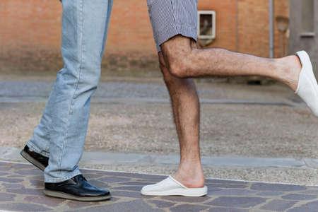 position d amour: affection entre deux hommes, vu d'une manière très discrète par la position de leurs jambes, tendu vers l'autre comme dans l'iconographie classique du baiser