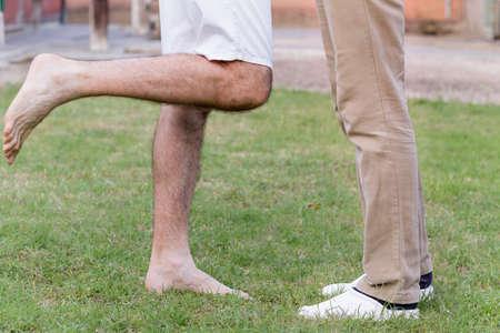 discreto: afecto entre dos hombres, visto de una manera muy discreta a trav�s de la posici�n de sus piernas, extendidos uno hacia el otro como en la iconograf�a cl�sica del beso