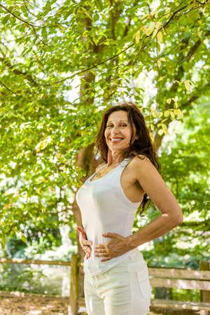abdomen plano: mujer menopáusica es feliz porque ella perdió el peso y ahora tiene un vientre plano