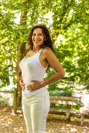 menopauzie kobieta jest szczęśliwa, bo straciła na wadze i teraz ma płaski brzuch