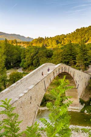 jorobado: pareja comprometida cruzar antiguo puente jorobado en Emilia Romagna Foto de archivo