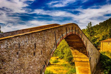 jorobado: puente jorobado antigua en Emilia Romagna