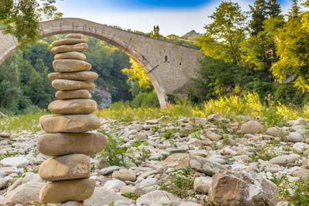 jorobado: pila de piedras en el frente de 500 años de edad joroba puente de renacimiento que conectan dos bancos con un solo tramo en italiano Campo