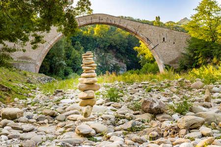 corcovado: pila de piedras en el frente de 500 a�os de edad joroba puente de renacimiento que conectan dos bancos con un solo tramo en italiano Campo