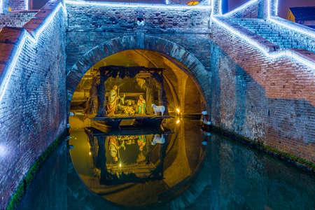 crèche de Noël sous le pont antique en Italie
