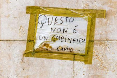 frase: frase italiana en un letrero de advertencia en el sentido de que esto no es un inodoro, entendida Foto de archivo
