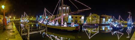 vue de la nuit des lumières et décorations de Noël et crèche marine, une crèche de Noël sur les bateaux flottants, en Italie