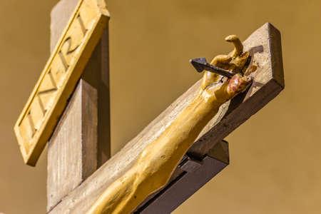 clavados: mano clavada de Cristo Jesús en la cruz Foto de archivo