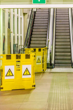 letreros: under construction signboards blocking access to damaged flight of escalators