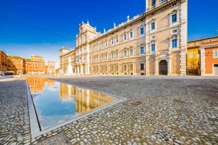 mirror of water of fountains in front of baroque Royal Palace in Modena, Italy Imagens
