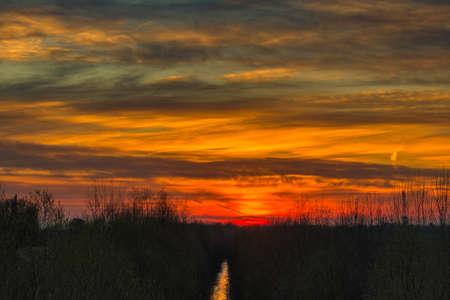 Winter Sonnenuntergang auf einem Fluss in der nördlichen Hemisphäre Standard-Bild
