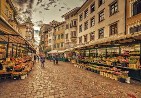 Die Leute gehen in den Straßen von Bozen in Italien einkaufen