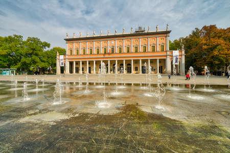 레지오 에밀리아의 큰 광장에서 XIX 세기 분수의 물 게임