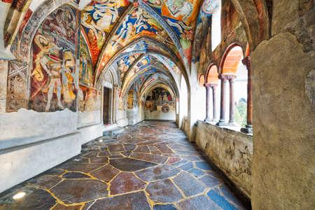 겨울 눈 아래 이탈리아에서 Bressanone 성당의 회랑