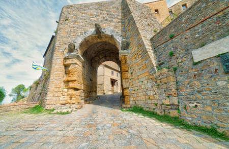 Volterra, 이탈리아의 거리에 돌 아치 스톡 콘텐츠
