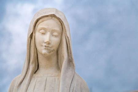standbeeld van Onze Lieve Vrouw van Medjugorje, de Heilige Maagd Maria, tegen hemel Stockfoto