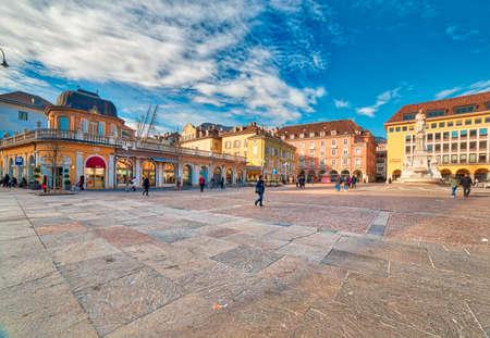 볼 차ノ, 이탈리아 -1 월 30 일 : 관광객 및 2017 년 1 월 30 일에 Walther 광장에서 산책하는 지역 주민. 볼 차 노는 북부 이탈리아에서 유명한 겨울 쇼핑 대상