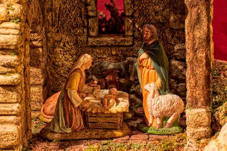 赤ちゃんイエス、聖ヨセフと祝福聖母マリアと牛とロバとクリスマスクリーチ 写真素材