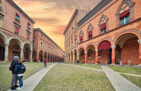 イタリアの驚異の一つ、ボローニャの魅力的な中世の広場で自分撮りを取る観光客 写真素材