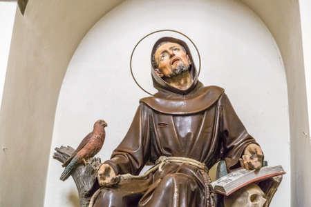 CHIUSI DELLA VERNA, ITALIÃ‹ - JANUARI 4, 2018: het standbeeld van Sint Franciscus in het heiligdom van La Verna is een populaire bedevaartsoord