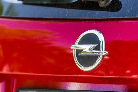 RAVENNA, ITALIEN - 30. JUNI 2018: Schmutz und Staub bedecken das OPEL-Logo auf einer Karosserie