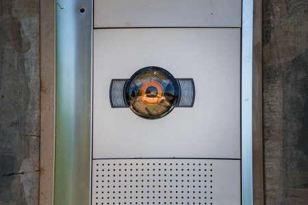 auto riflessa nella telecamera di ingresso del cancello Archivio Fotografico