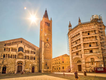 PARMA, ITALY – AUGUST 23, 2018: Tourists are walking and enjoying the Cathedral square of Parma, elegant town in the Emilia-Romagna region of Northern Italy Éditoriale