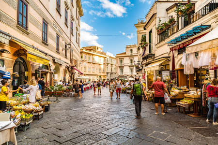 AMALFI (SA), ITALY - AUGUST 27, 2018: tourists walking for shopping in the center of Amalfi 新聞圖片