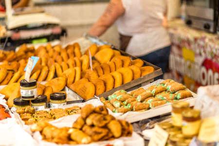 CERVIA (RA), ITALIA - 16 SETTEMBRE 2018: Dolci siciliani illuminanti in vendita al mercato europeo, mostra ambulante di prodotti tipici e sapori dall'Europa