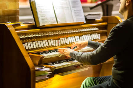 male hands playing organ keyboard in church Éditoriale